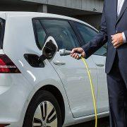 E-Mobilität - VW Golf wird mit Strom betankt